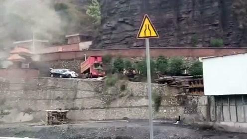 矿工开铲车怒将多辆车推下10米高台