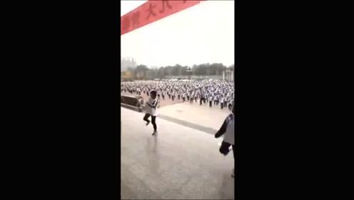 现在连中学生课间操都换成了当下流行的广场舞,真是厉害了