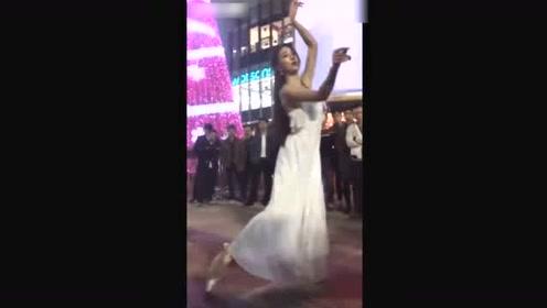 实拍夜晚街头上的清纯美女跳唯美舞蹈,引无数群众围观
