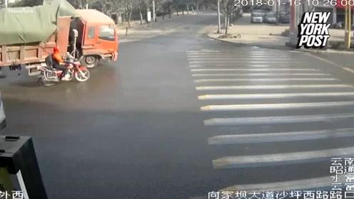 与死神擦肩而过!摩托车男子险些被大货车砸中