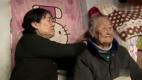 66岁环卫大妈每天边清扫街道边捡空瓶子:卖钱为老母亲治病