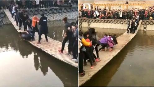 他们不顾行人狂摇吊桥取乐 不少人被颠落水中