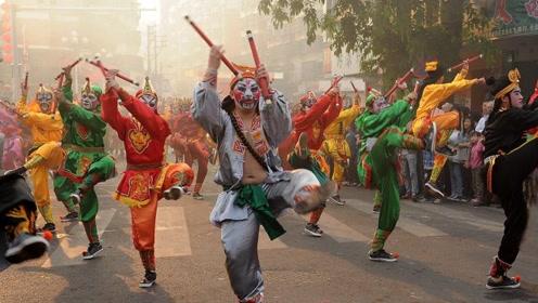 这支广场舞流传400多年,由水浒传改编,跳的人全是年轻俊男!