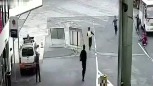 国外大巴车出事故,网友:一车懒人