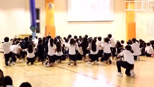学生球场舞蹈快闪,这是啥舞?学校活动又有舞跳了!