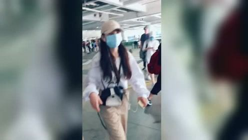 宋祖儿现身机场一路疾走,还不忘提醒粉丝注意安全
