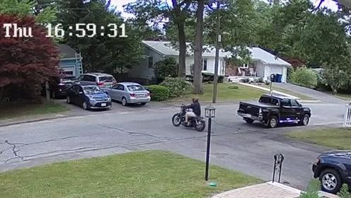 小伙提一辆新摩托车,刚骑上马路就这样,基本要告别摩托车了