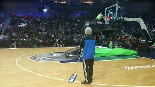 没有这大爷打篮球打的好的都去拖地吧!