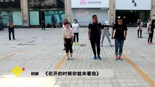 夫妻广场上舞蹈 一支双人鬼步舞跳得不错