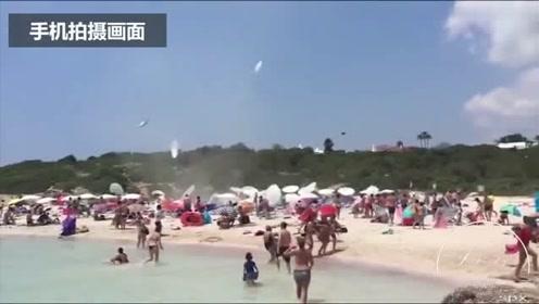 西班牙海滩遭20米龙卷风突袭  遮阳伞浴巾满天飞
