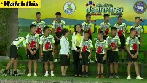 泰国获救足球队全体出席新闻发布会 对遇难海豹队员表达深深歉意