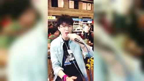 在YY唱8年无人理 抖音58秒让他红遍大街小巷 粉丝破千万