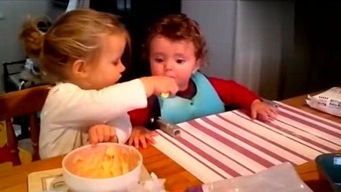 自己还是个宝宝,却在喂弟弟吃饭,真是太有爱了