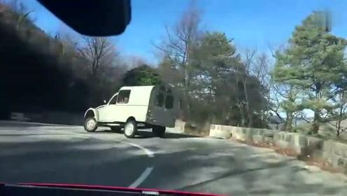 山路上偶遇老司机,这样开车就不怕翻车吗?