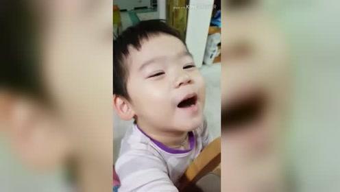小宝宝在和妈妈谈事情,姐姐在一旁偷偷的笑