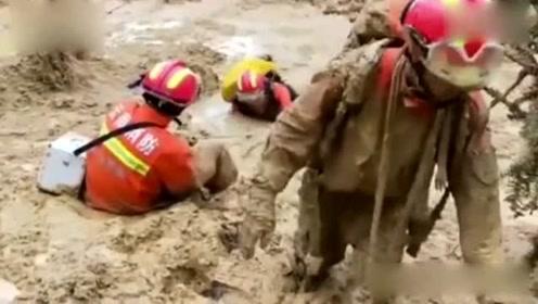 云南麻栗坡遭泥石流 救援路塌方消防员泥潭中仍爬着前进