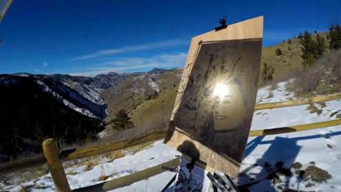 给你一个放大镜你会做什么?这个人用它在木板上作画