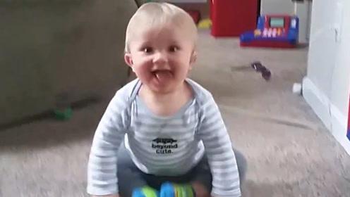 父母带宝宝出来滑冰,宝宝不小心摔了一跤,网友:果然是亲生的!