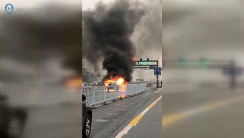 突发!长沙银盆岭大桥一小轿车起火燃烧 现场浓烟滚滚