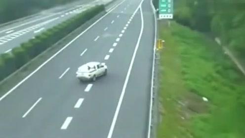高速上连续故意别车,下一秒看着真痛快