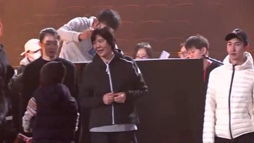 中国国家女子排球队现身芒果跨年现场 与中国男子短道速滑队合唱