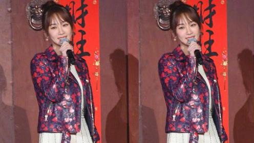 """杨紫的外套都是""""爱你""""的样子 也太甜了"""