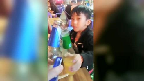 搞笑段子:带着儿子女儿出去喝酒,儿子的反应真叫豪爽