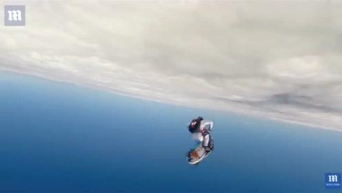 骑着VESPA从7000米高空跳伞是什么体验?