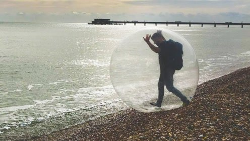 老外钻进气球穿越海洋,最终会到达哪里?说出来你可能不信!