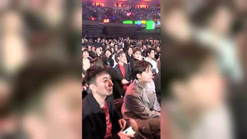 李易峰和王思聪坐一起,这反应有些尴尬了