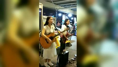 听说最近这首歌又在网上火了,两位美女翻唱的真不错,网友:好听
