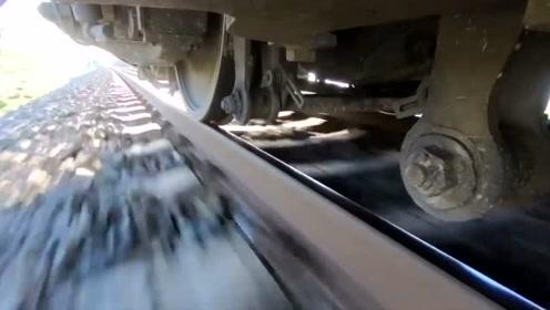 火车车底拍摄,列车在100到160时速中行驶