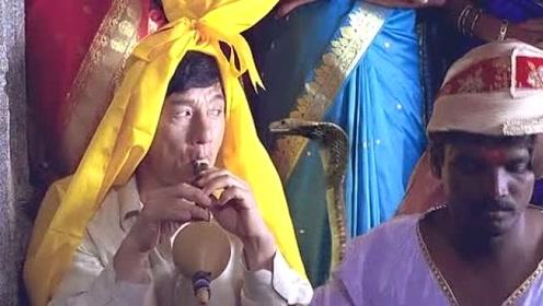 杰克为躲警察混入印度舞,用吹笛子掩饰身份,不料竟引来了眼镜蛇!