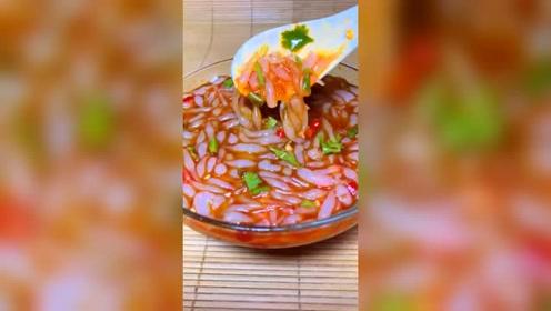 吃货美食谱:天气越来越热,来一碗酸辣漏鱼!屏幕上都有口水了!