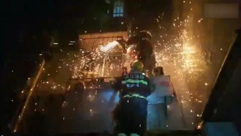 凌晨杭州一住宅楼发生火灾 俩女子二楼防盗窗大声呼救