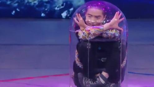 小伙舞台表演缩骨功!直接扭曲关节骨头钻进玻璃管,评委瞬间傻眼