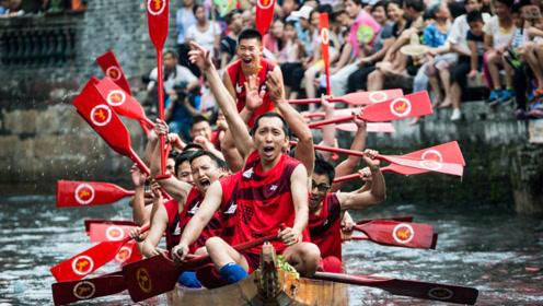 香港划龙舟遇大浪,船桨都拿不稳了!