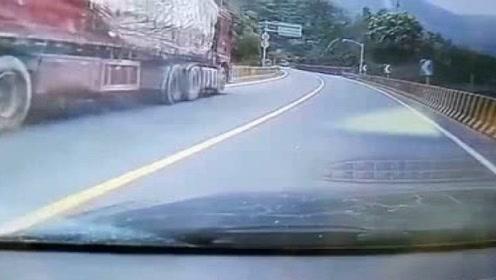 大车在山路上失控,英勇小伙一路狂奔,徒手窜上大车拉手刹逼停