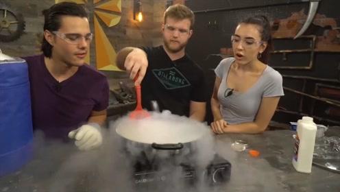 老外脑洞大开,将196℃液氮放火上加热,结果会发生什么?