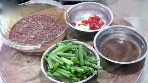 大厨分享葱爆猪肝的做法,肝滑嫩爽口无腥味,首先掌握这个技巧!