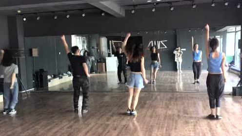 肤白貌美大长腿,今天新编的舞蹈来看看吧!