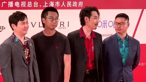 沈腾步入上海电影节红毯 沈叔叔人气太高呼喊声不断