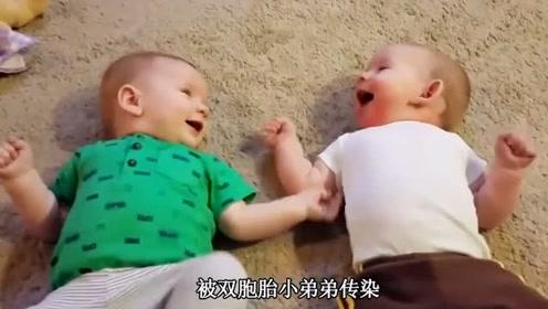 双胞胎在地毯上玩耍,爸妈笑惨了,小宝宝笑声传染