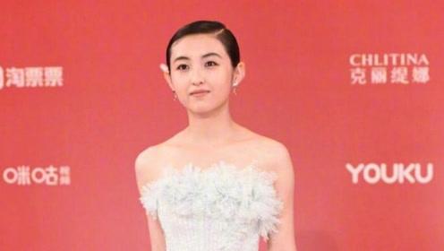 张子枫红毯造型引争议 造型很多种但偏偏选了不适合自己的?