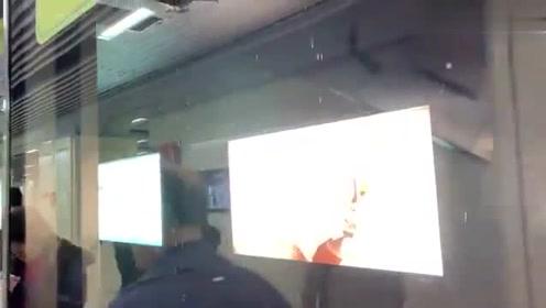武汉江汉地铁站漏水,路人实拍
