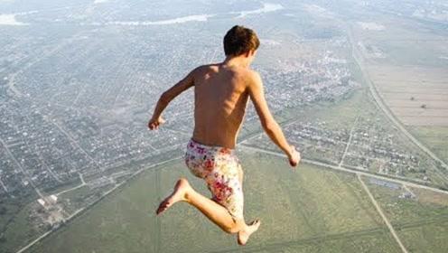 悬崖跳水失误合集,胖小伙平拍入水,看这水花就知道有多疼了