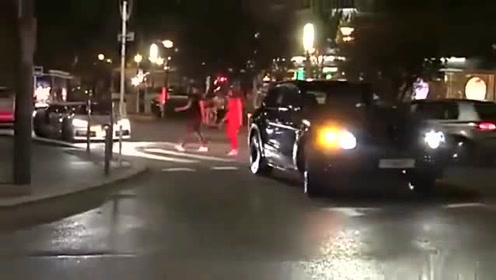 夜间街头的布加迪威龙,实在是太帅了,不愧为豪车中的豪车