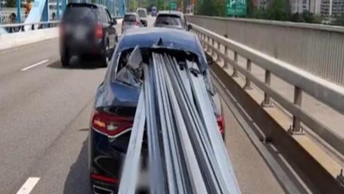 后方卡车急刹数十根钢条齐发贯穿前车 司机侥幸逃过一劫