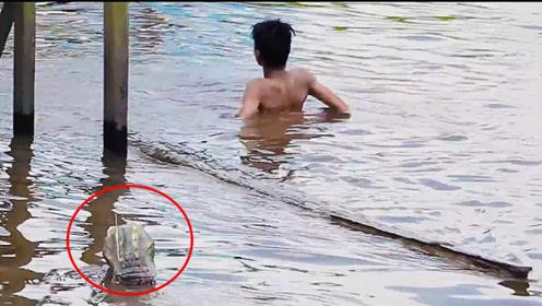 逼真鳄鱼恶作剧!玩客以为水里面的是条真鳄鱼,吓得够呛