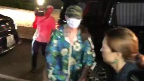 任达华老婆琦琦抵达医院 面戴口罩一言不发